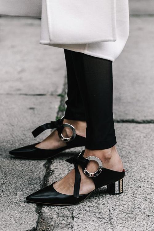 """Bây giờ người ta không gọi là """"đôi giày"""" nữa rồi... - 1"""