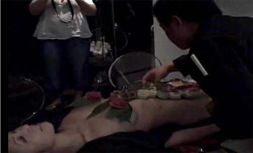 Người đẹp gốc Việt làm mẫu nude bàn tiệc sushi quá nóng bỏng - 1