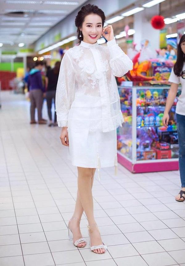 Bạn gái Trường Giang hiếm khi diện đồ bạo thế này đi siêu thị - 1