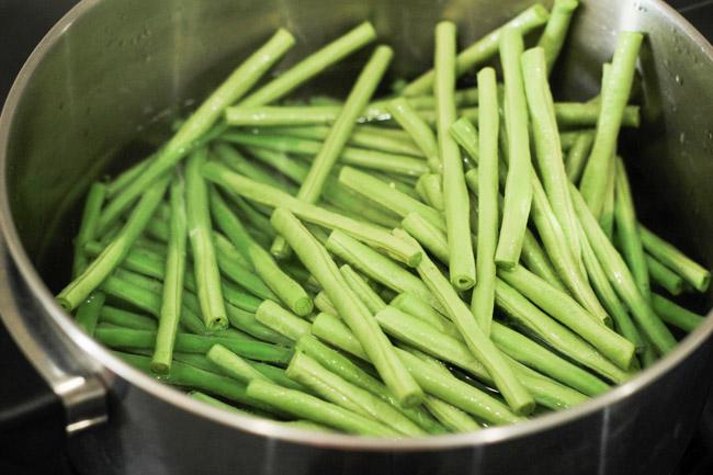 Đậu đũa luộc rưới sốt mè ngọt bùi, thanh tịnh cho bữa chay ngày Rằm - 3