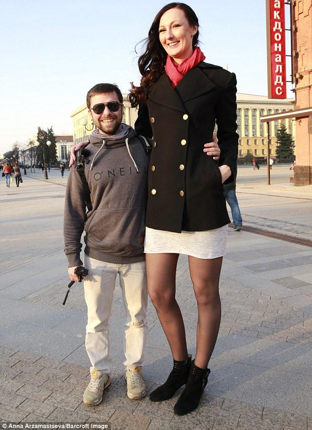 """Cô gái """"khổng lồ"""" có đôi chân dài nhất thế giới - 1"""