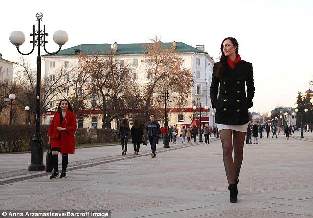 """Cô gái """"khổng lồ"""" có đôi chân dài nhất thế giới - 7"""