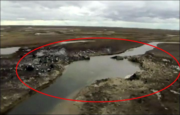 Nga: Hố tử thần 50m xuất hiện sau vụ nổ vang trời rực lửa - 1