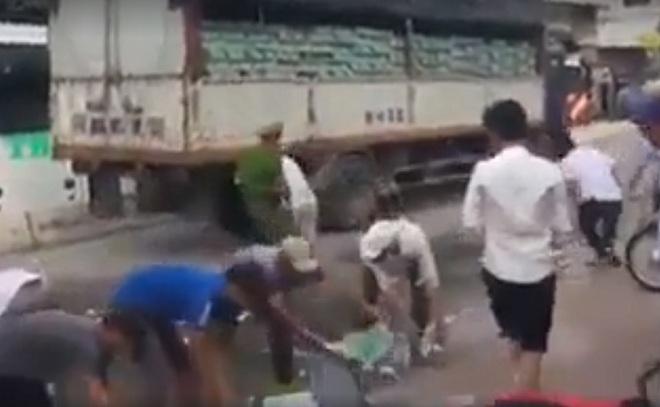 Không hôi của, người Hà Nội nhặt bia giúp tài xế xe tải gặp nạn - 2