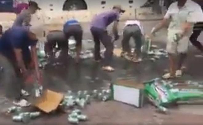Không hôi của, người Hà Nội nhặt bia giúp tài xế xe tải gặp nạn - 1