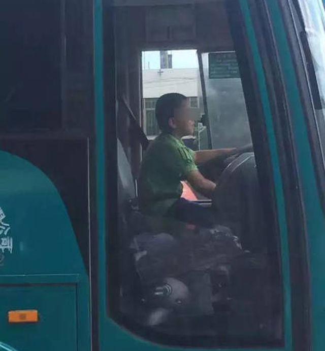 """Cậu bé TQ 9 tuổi """"cướp"""" xe bus đi dạo phố suốt 40 phút - 1"""