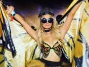 """U40 Paris Hilton cực """"sung"""" tự làm mẫu cho BST nội y mới"""