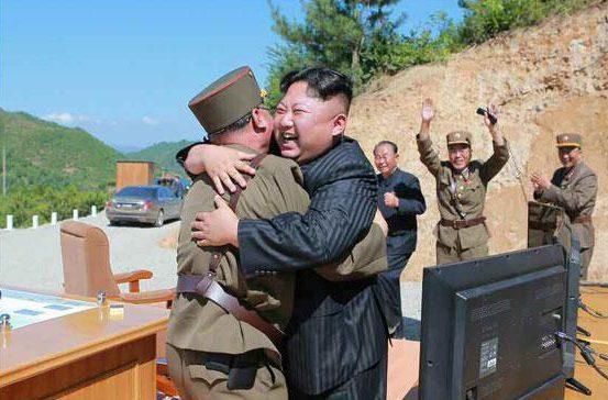 """Khoảnh khắc Kim Jong-un gửi """"quà quốc khánh"""" răn đe Mỹ - 1"""