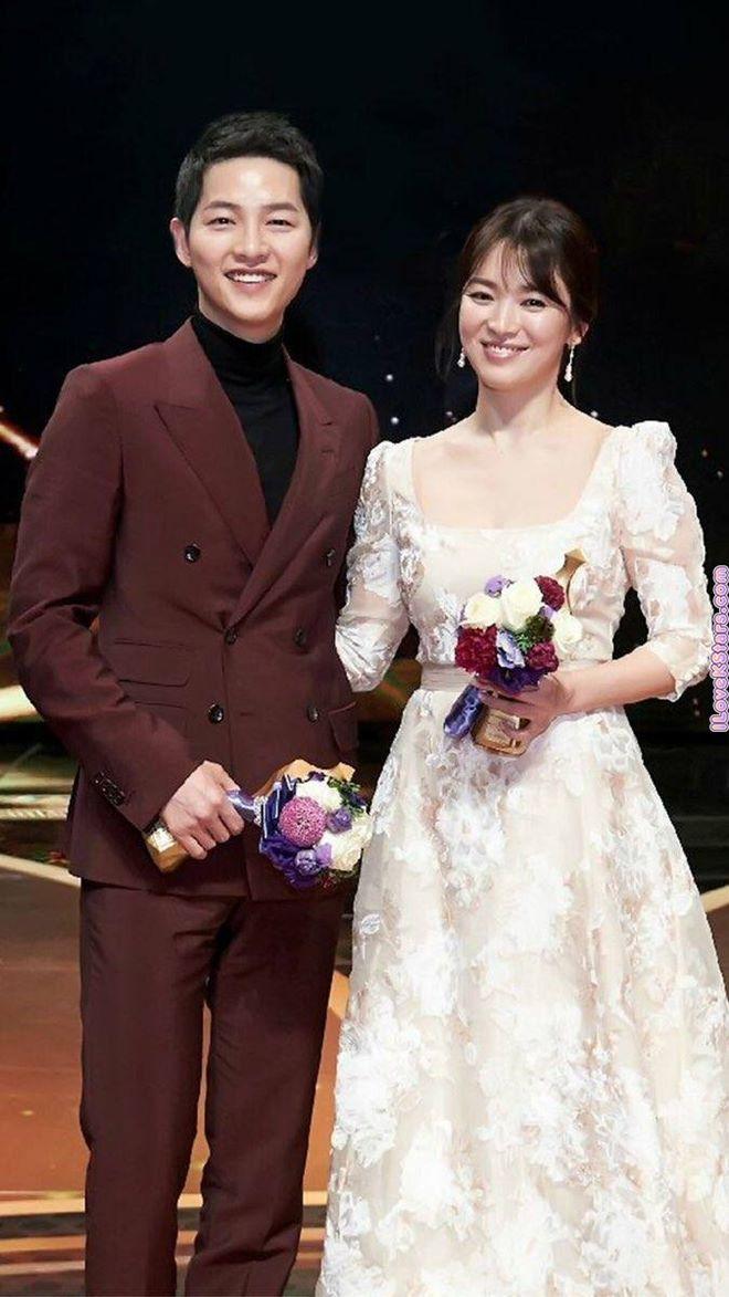 Mê mệt phong cách cặp tình chị duyên em Song Hye Kyo - Song Joong Ki - 10