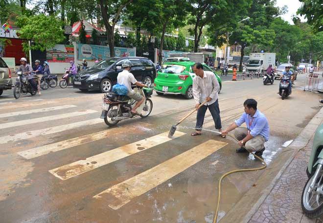 """Ông Đoàn Ngọc Hải """"sờ gáy"""" công trình làm bẩn vỉa hè ở Sài Gòn - 2"""