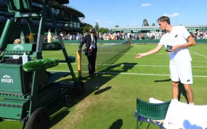 Tin nóng Wimbledon ngày 4: Ném tiền vào trọng tài, sắp ăn trái đắng - 1