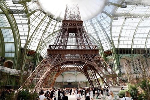 Chán tàu vũ trụ, binh đoàn Chanel bay về trái đất cùng tháp Eiffel - 1