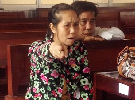 Nguyên đơn đuổi đánh chủ tọa phiên tòa - 1