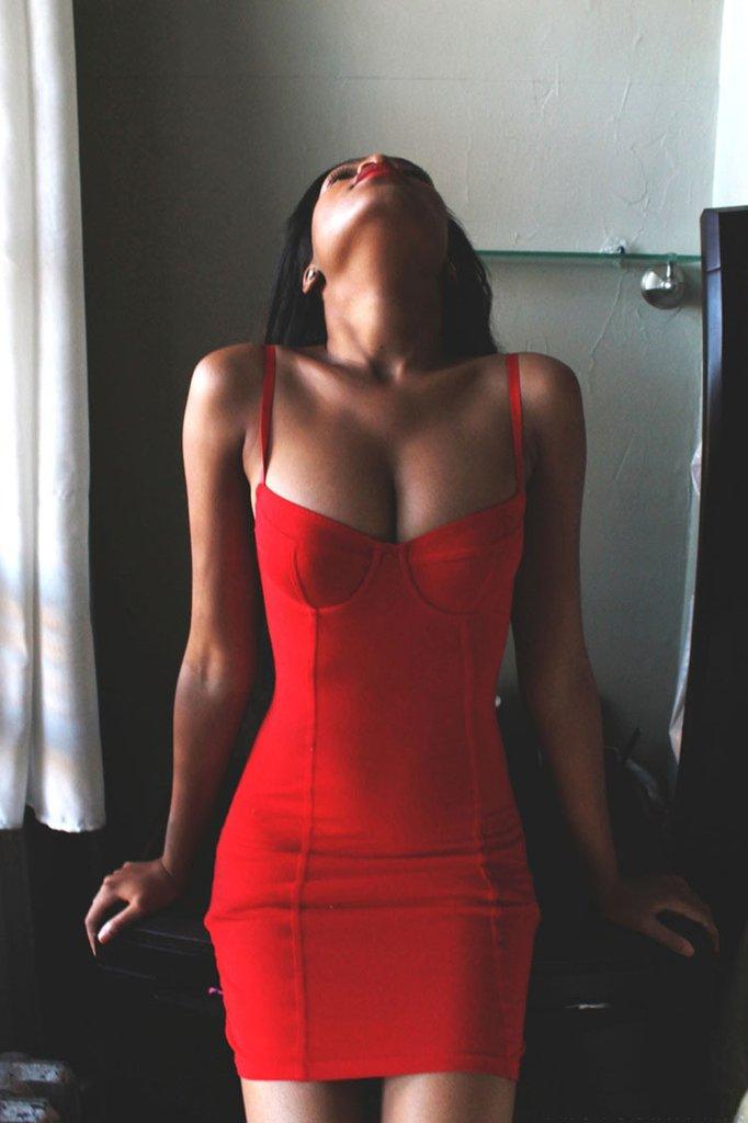 Hãy ngừng hôn em và tụt dây khóa váy... - 1
