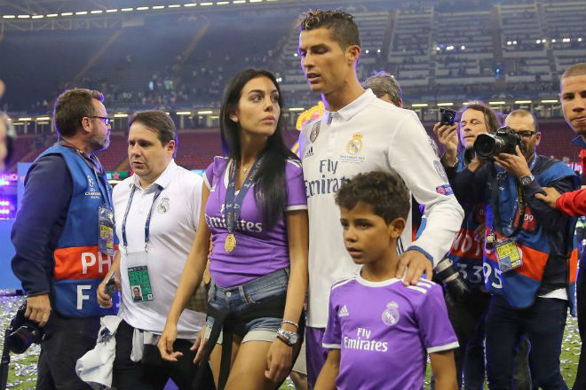 Ronaldo bị tố tán tỉnh siêu mẫu bốc lửa, mặc bạn gái có bầu - 9