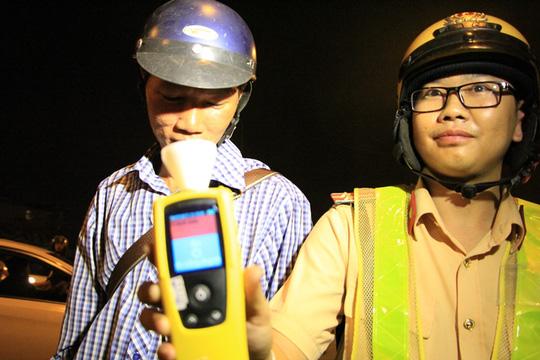 CSGT TP HCM đo nồng độ cồn theo kiểu quốc tế - 7