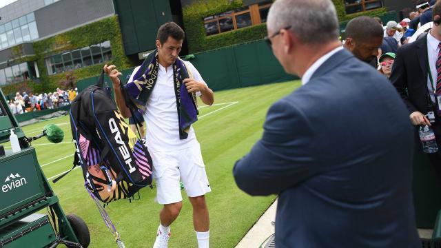 """Wimbledon """"phán xử"""": Tay vợt giả đau """"sạt nghiệp"""" luôn - 2"""