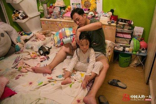 """""""Ông bố của năm"""" nghỉ việc ở nhà may váy cho con gái - 3"""