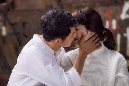 Clip: Song Hye Kyo được chồng trẻ tranh thủ tỏ tình lúc đóng phim - 1