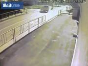 Phi thường - kỳ quặc - Video: Người đi xe máy bị 2 ô tô đâm liên tiếp ở Nga