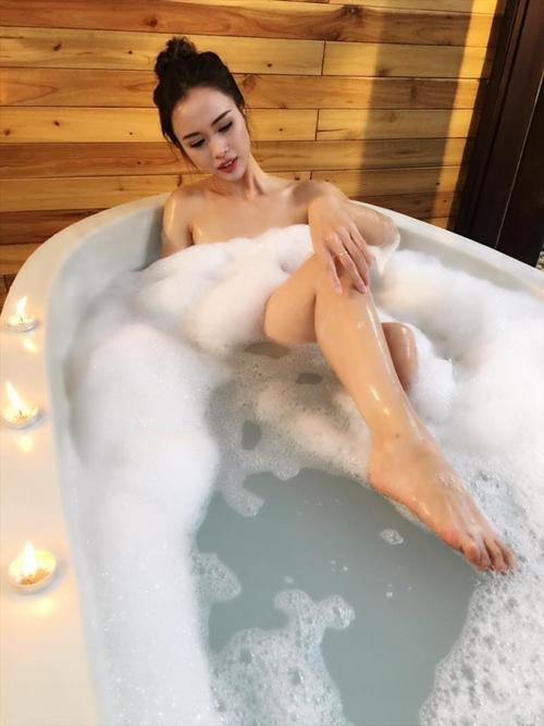 Mỹ nhân Việt khoe ảnh nude trong bồn tắm: Sự thật ngã ngửa - 2