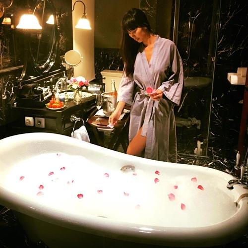 Mỹ nhân Việt khoe ảnh nude trong bồn tắm: Sự thật ngã ngửa - 8