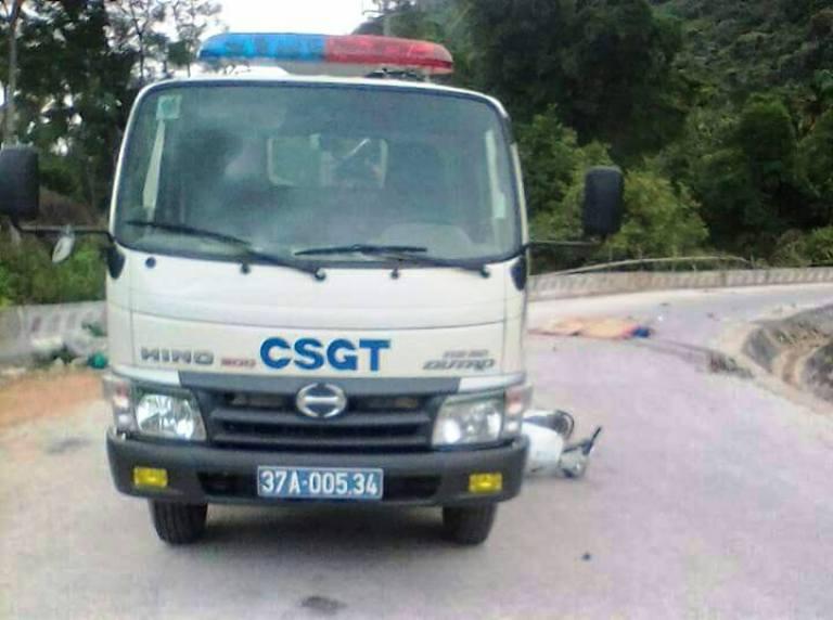 Xe CSGT va xe máy, 2 người thương vong - 1