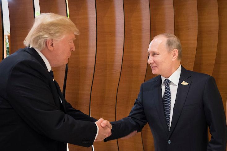 Vì sao Trump bắt tay Putin theo cách đặc biệt này? - 1