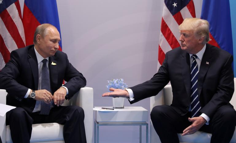 Vì sao Trump bắt tay Putin theo cách đặc biệt này? - 2