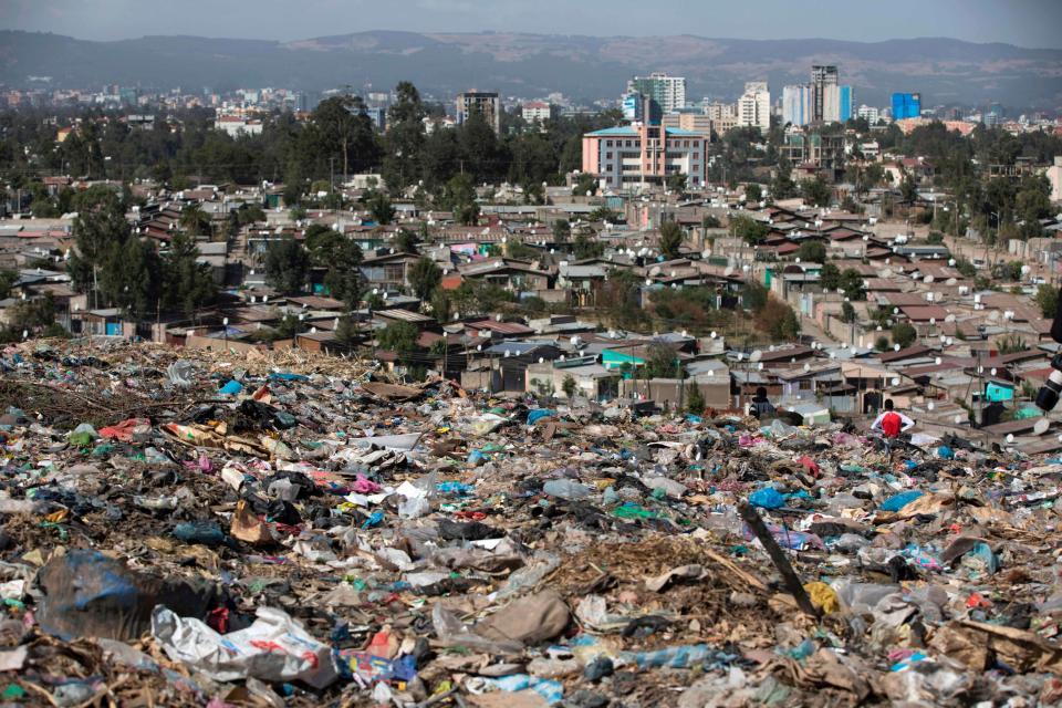 Choáng ngợp độ xa xỉ của quan chức địa phương châu Phi - 1