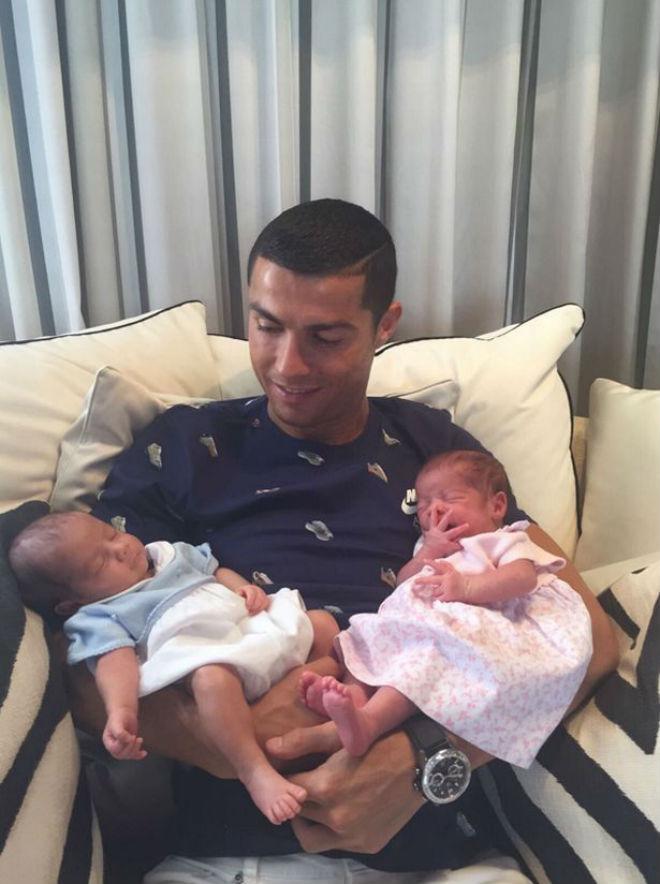Choáng: Ronaldo lách luật, đẻ thuê sinh đôi phi tự nhiên - 1
