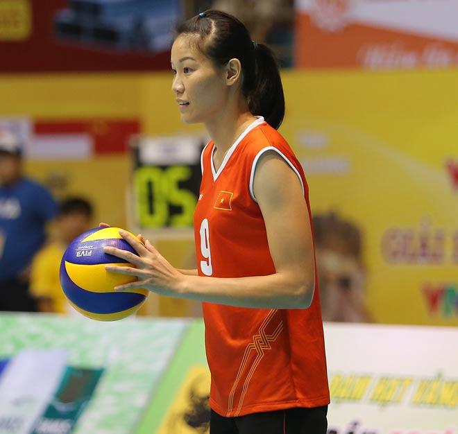 Người đẹp Kim Huệ bị fan ôm chặt (Bóng chuyền VTV Cup) - 7