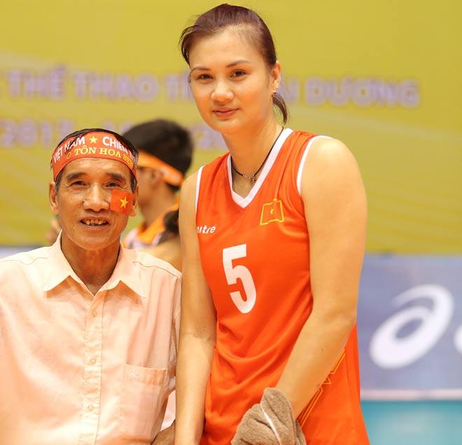 Người đẹp Kim Huệ bị fan ôm chặt (Bóng chuyền VTV Cup) - 12