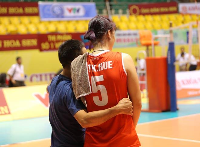 Người đẹp Kim Huệ bị fan ôm chặt (Bóng chuyền VTV Cup) - 14