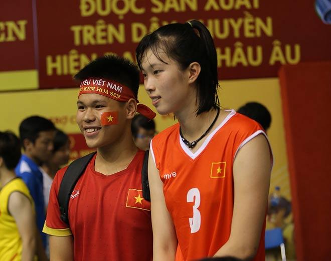 Người đẹp Kim Huệ bị fan ôm chặt (Bóng chuyền VTV Cup) - 15