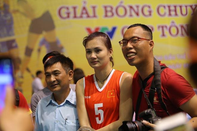 Người đẹp Kim Huệ bị fan ôm chặt (Bóng chuyền VTV Cup) - 13