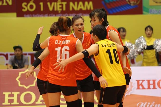 Người đẹp Kim Huệ bị fan ôm chặt (Bóng chuyền VTV Cup) - 5