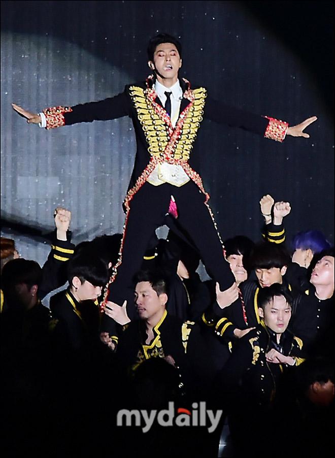 Sao nam Hàn ngượng chín mặt vì nhảy sung tới mức rách quần - 3