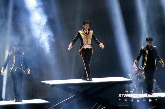 Sao nam Hàn ngượng chín mặt vì nhảy sung tới mức rách quần - 5