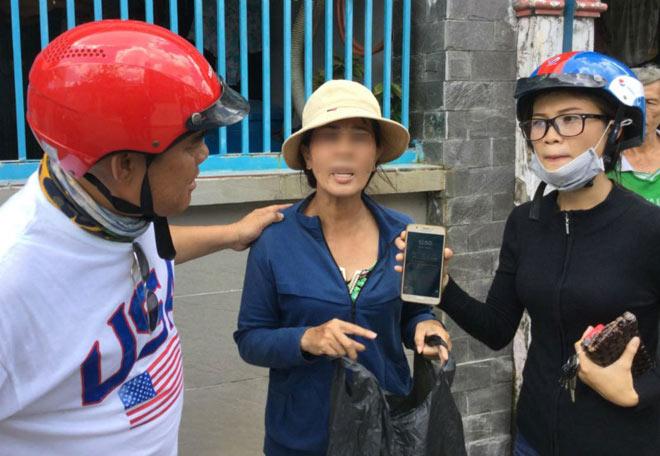 Bắt một phụ nữ trộm điện thoại giấu trong áo ngực - 1