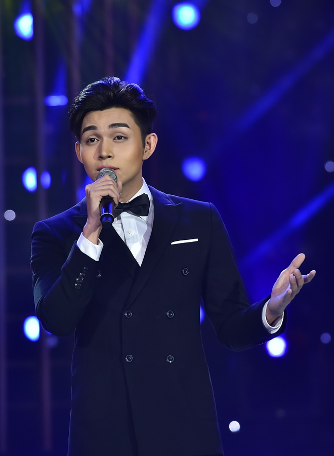 Bố Jun (365) khóc khi con trai hóa thân thành ca sĩ đồng tính - 1