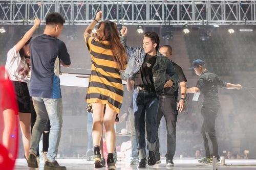 Fan nữ bất chấp mưa gió, vượt hàng rào bảo vệ để ôm Sơn Tùng - 9
