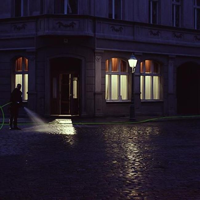Trong phim Hollywood, các cảnh quay vào ban đêm, đường phố hầu hết đều được phun ướt để tăng độ bão hòa tương phản về màu sắc.