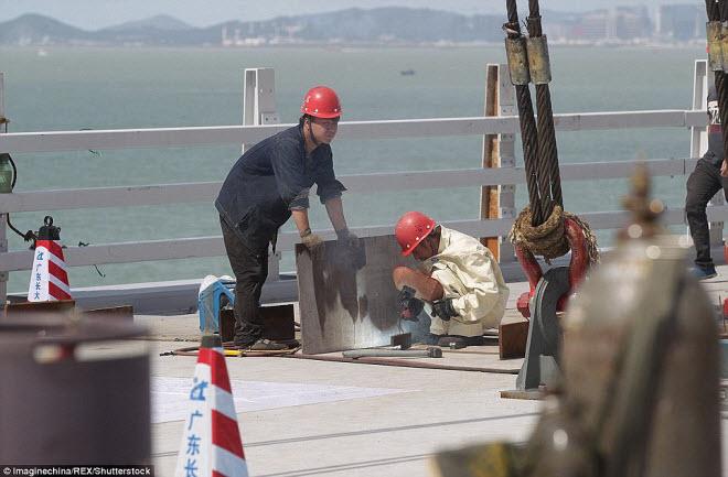 Ngắm cây cầu biển dài chưa từng thấy sắp hoàn thành ở TQ - 9