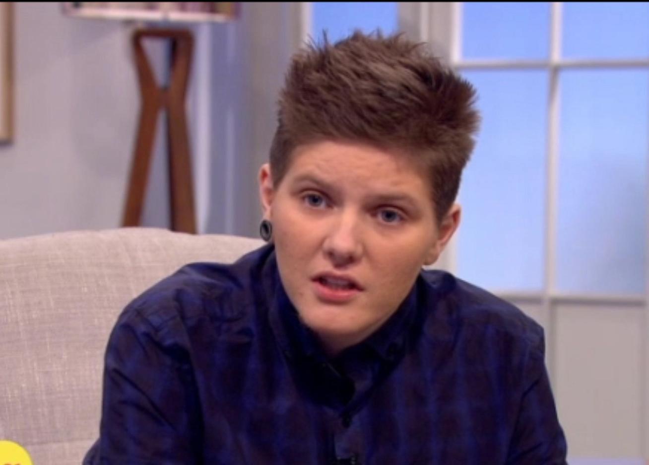 Người đàn ông mang thai đầu tiên ở Anh vừa sinh con - 1