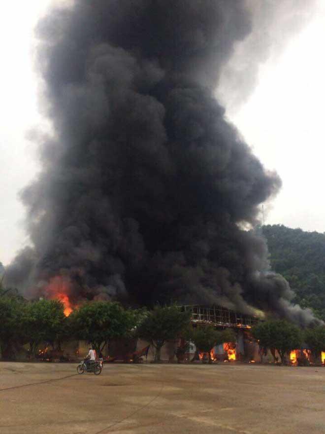Chợ Tân Thanh giáp biên giới Trung Quốc cháy dữ dội - 2