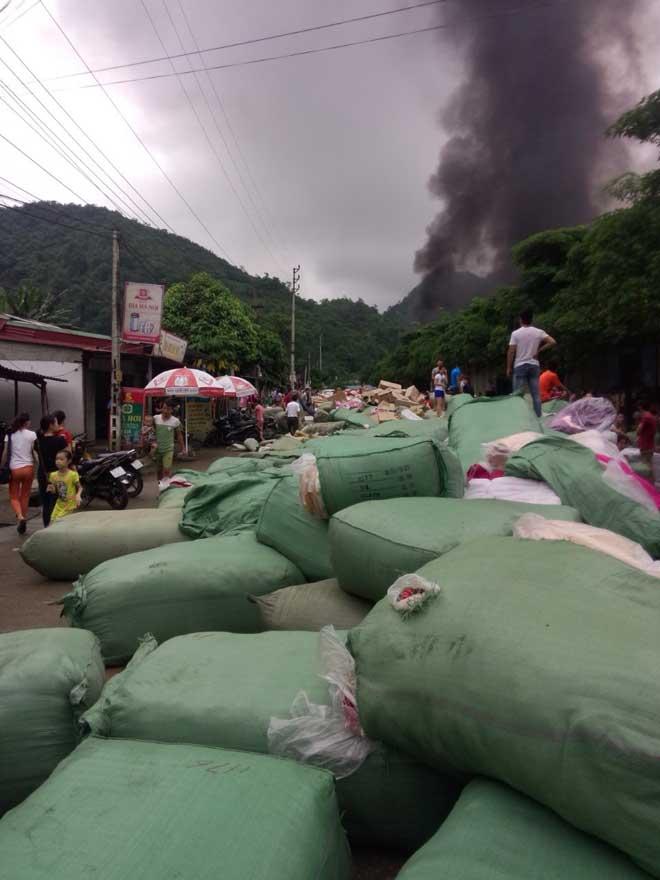 Chợ Tân Thanh giáp biên giới Trung Quốc cháy dữ dội - 3