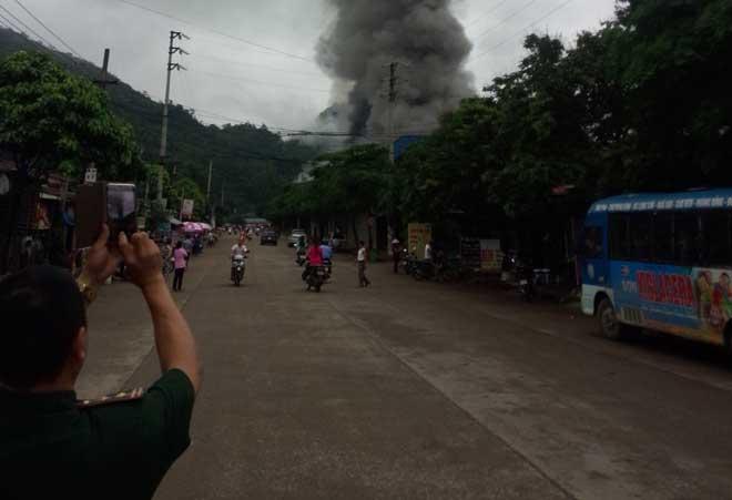 Chợ Tân Thanh giáp biên giới Trung Quốc cháy dữ dội - 1