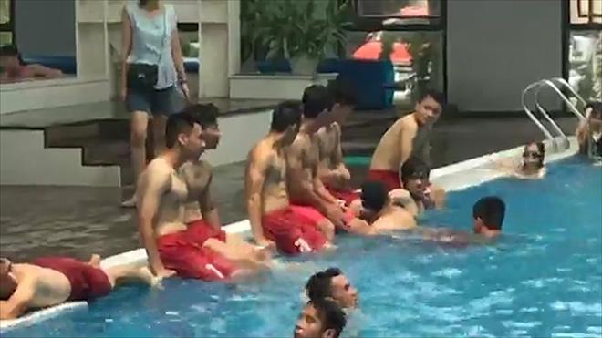 """U23 Việt Nam: Công Phượng """"tươi rói"""", khoe body tại bể bơi cùng đồng đội - 1"""