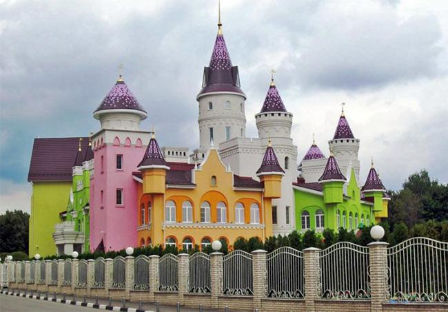 Ngôi trường mang tên Castle of Childhood (lâu đài của tuổi thơ) được ca ngợi là trường mẫu giáo đẹp nhất thế giới, tọa lạc ở nông trường quốc doanh Lenin (Lenin State Farm), khánh thành tháng 2 năm 2013.
